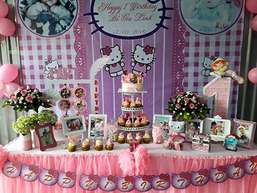 Tông màu hồng chủ đạo cho bữa tiệc và bàn trang trí tiệc thôi nôi bé gái