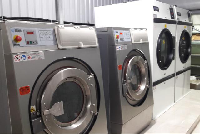 mở  cửa máy giặt công nghiệp