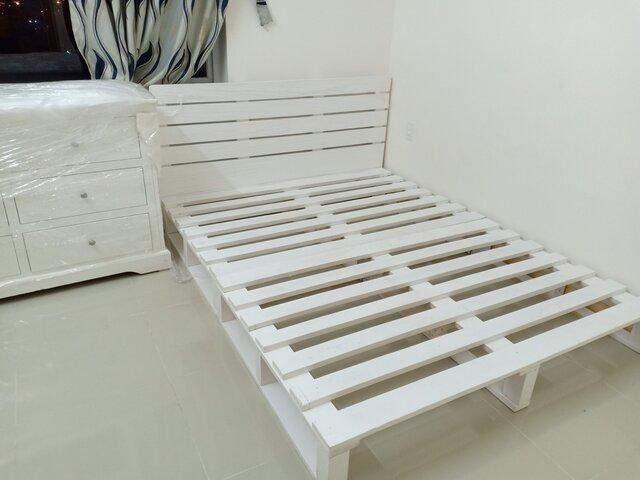 Ghép những tấm pallet để tạo thành chiếc giường