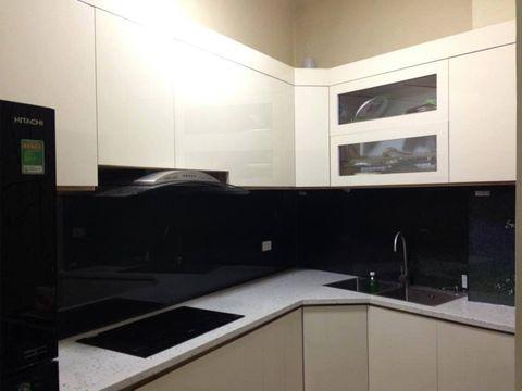 Mẫu kính màu ốp bếp đen thích hợp cho người mệnh Thủy
