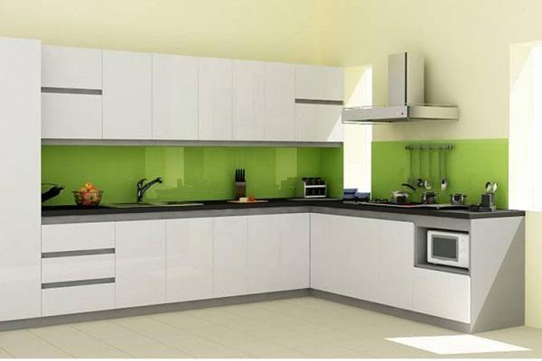 Mẫu kính ốp bếp màu xanh lá non là màu bản mệnh của người mệnh Mộc