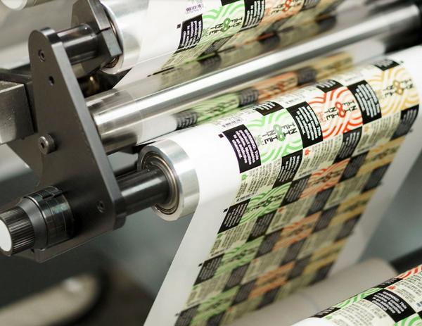 Một máy in kỹ thuật số làm nhãn quá trình 7 màu