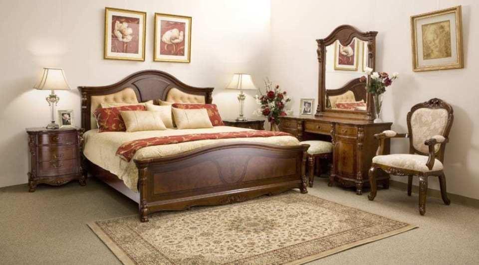 Bàn trang điểm gỗ tự nhiên được bố trí đẹp mắt trong không gian phòng ngủ
