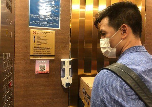 Đứng gần bảng điều khiển là một trong những lưu ý khi đi thang máy cần biết
