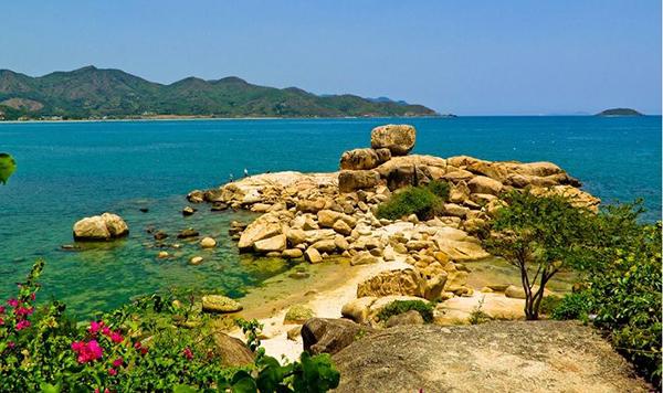 Khu du lịch Hòn Chồng là địa điểm thu hút mọi người checkin đông đảo