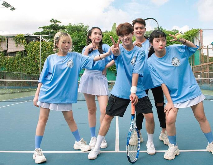 Áo lớp xanh dương tạo cảm giác mát mẻ, trẻ trung, năng động
